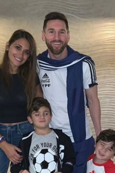 Messi With His Family ❤️ – Game Day Quotes Messi And His Wife, Messi Style, Messi Art, Beautiful Family, Beautiful Pictures, Game Day Quotes, Antonella Roccuzzo, Messi Argentina, Cristiano Ronaldo Juventus