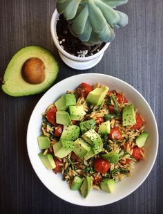 """kate-loves-kale: """" My lunch ft. one of my plant babies 🌱🌱🌱 Orzo with pesto, burst cherry tomatoes, arugula, soy chorizo, and a handful of chopped avocado (because why not). This was really easy and super satisfying 👅☺️ """" Radish Recipes, Healthy Recipes, Cantaloupe Recipes, Healthy Meals, Cheddarwurst Recipe, Mulberry Recipes, Spagetti Recipe, Szechuan Recipes, Gourmet"""