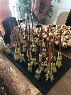 Detalhes salgados: vassourinhas de queijo e pretzel e Mini hotdog múmias