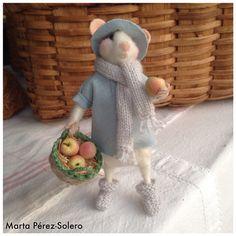 Ratón de Lana afieltrada con cesto de manzanas y manzana mordida en la mano.  Realizado por Marta Pérez-Solero.