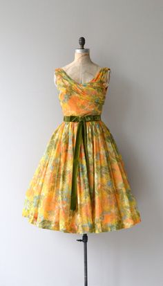Vintage 1950s airy floral chiffon dress with warm toned watercolor effect, gold tulle under layer, draped neckline, fitted waist with dark olive velvet bow belt (stationary), full skirt with tulle for volume and metal back zipper. --- M E A S U R E M E N T S --- fits like: small bust: 34-36 waist: 26 hip: free length: 43 brand/maker: n/a condition: excellent ★ layaway is available for this item to ensure a good fit, please read the sizing guide: http://www.etsy.com/shop/DearGolden/policy ...