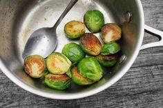 """Růžičková kapusta, květák a brokolice. S vychytávkou na zádíčka jste nikdy nejedli lepší! Tahle technika je rychlá, snadno se ji naučíte a i z nenáviděné zeleniny vykouzlí naprosto parádní chutě.  ## <a name=""""jak-to-funguje""""></a> Jak to vlastně ... Cooking Tips, Cooking Recipes, Sprouts, Ale, Low Carb, Vegetables, Fitness, Food, Bakken"""