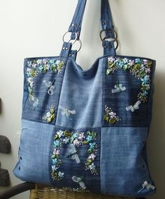 very nice denim bag - recycle jeans Denim Handbag Tote bag with r Patchwork Bags, Quilted Bag, Bag Quilt, Sacs Tote Bags, Blue Jean Purses, Denim Purse, Fabric Bags, Cloth Bags, Handmade Bags