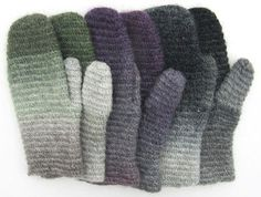 vanten inte var nålbunden utan virkad i en teknik som liknar Crochet Mittens, Fingerless Mittens, Knit Crochet, Yarn Crafts, Diy And Crafts, Crochet Blocks, Knitted Animals, Wrist Warmers, Bookbinding