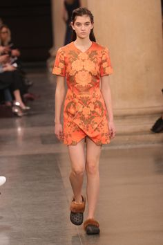 Christopher Kane acerta no mix de uniformes utilitários e delicados tecidos - Vogue   Desfiles