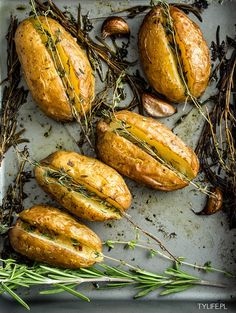 Baked potatoes with rosemary and garlic Side Recipes, Raw Food Recipes, Cooking Recipes, Healthy Recipes, Healthy Food, Veggie Side Dishes, Potato Dishes, Vegetable Dishes, Roasted Vegetable Recipes