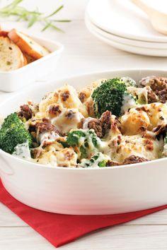 Du fromage, du steak haché, du brocoli et du chou-fleur: voilà la recette parfaite pour un souper de semaine nutritif, délicieux et facile à préparer! Brocoli And Cheese, Chop Suey, Casserole Dishes, Family Meals, Food Inspiration, Macaroni And Cheese, Food To Make, Dinner Recipes, Yummy Recipes