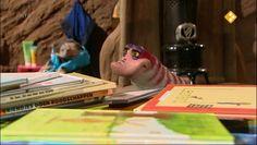 Thema: Kinderboekenweek. Moffel heeft een boete bij de bibliotheek. Hij moet daarom helpen met het sorteren van de boeken. Dat kan Moffel wel, gewoon van groot naar klein en op kleur… of klopt dat niet?