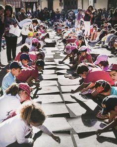 Che bella la Festa dei Gessetti a #Mantova! Grazie alla @gazzettadimantova abbiamo scoperto questa bella iniziativa: ci sono 450 alunni della scuola elementare Ippolito Nievo che disegnano con i gessetti. Il tema di quest'anno: i fiori.  Foto: @gazzettadimantova  #igersmantova #arte #scuola #disegni #gessetti by lacronacaitaliana
