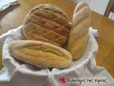 Χωριάτικο χειροποίητο ψωμί με πρόσμιξη δύο αλεύρων, (άσπρου και κίτρινου) και μπαχαρικά. Hot Dog Buns, Hot Dogs, Greek Recipes, Waffles, Bread, Breakfast, Food, Image, Breakfast Cafe