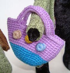 Предлагаю связать чудесную сумочку для дополнения образа вашей игрушки. В мастер-классе используется: - немного пряжи лилового цвета 400 г/100 м (из такой пряжи получается сумочка размером 7,5х7 см); - совсем чуть-чуть пряжи лимонного, темно-зеленого и светло-рыжего цветов; - крючок №1,5. Сокращения: сбн - столбик без накида; пр - прибавка (провязать два столбика без накида в столбик предыдущего ряда); х6 - повторить 6 раз.…