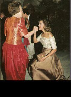 Cristina reverencia a la Reina Beatriz de Holanda