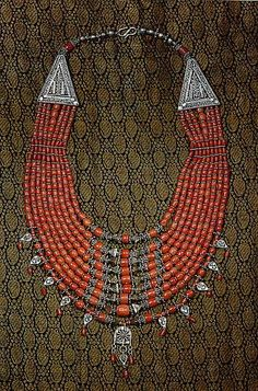 Mediterranean Coral and silver necklace from Yemen, 20th Century. | {Lezem, collana in corallo mediterraneo e argento, manifattura yemenita del XXs } Second half is the original text which I translated using Google translate.