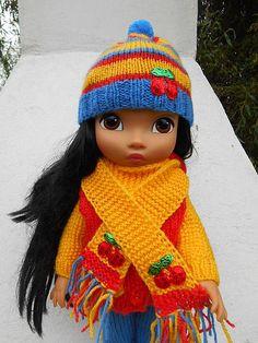 Oblečenie pre bábiky, 2 - dielna farebná súpravička šál + čiapka na ktorej je aplikácia čerešnička, materiál akryl. Bábika je nepredajná....