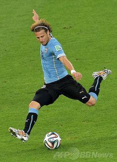 サッカーW杯ブラジル大会(2014 World Cup)決勝トーナメント1回戦、コロンビア対ウルグアイ。得点を狙うウルグアイのディエゴ・フォルラン(Diego Forlan、2014年6月28日撮影)。(c)AFP/GABRIEL BOUYS ▼29Jun2014AFP|ロドリゲスが活躍みせたコロンビア、スアレス不在のウルグアイ撃破 http://www.afpbb.com/articles/-/3019078 #Colombia_Uruguay_round_of_16 #Brazil2014