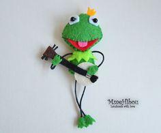 Kermit la rana spilla/magnete è completamente a mano.    Ha fatto eco lana feltro, perline di plastica e farcito con poli-riempimento anallergico,