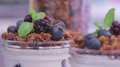 Fazer a sua própria granola é inesquecível, pois você pode colocar os ingredientes que você mais gosta e que te fazem bem. Para completar a felicidade, faça essa verrine com iogurte grego, geleia de morango sem açúcar e frutas vermelhas frescas