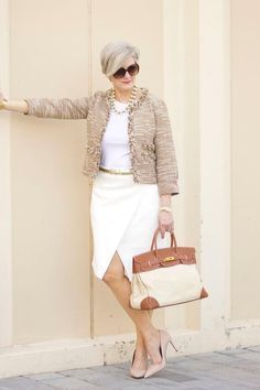 Женщина 50 лет в белой юбке и бежевой кофте