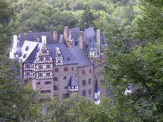 Burg Eltz bij de Moezel is een van de mooiste kastelen van Duitsland en Burg Eltz is zeker een bezoek waard tijdens je Moezelvakantie.