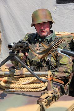 Reenactment: German Soldier (World War II) Ww2 Uniforms, German Uniforms, Military Uniforms, German Soldiers Ww2, German Army, Military Photos, Military History, Mg34, Luftwaffe
