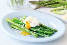 Asparagus With Poached Egg - Crisp and slender asparagus spears are the star attraction in this elegant light meal. Healthy Menu Plan, Healthy Breakfast Recipes, Healthy Eating, Healthy Recipes, Healthy Lunches, Eating Clean, Breakfast Ideas, Healthy Foods, Light Recipes