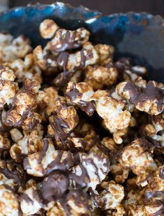 Have you been missing decadent popcorn since you went vegan? You can make a tasty snack of Peanutbutter Cup Popcorn. It's vegan - better yet it's delicious! Vegan Popcorn, Peanut Butter Popcorn, Vegan Peanut Butter, Popcorn Recipes, Gourmet Popcorn, Vegan Treats, Vegan Snacks, Yummy Snacks, Healthy Snacks