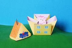 Convite de aniversário infantil - Peppa Pig!    Produzido com papel especial - gramatura 180gr.    Detalhes internos: Informações da festa + Peppa Pig em 3d segurando um bolo de aniversario;    Detalhes externos: Tampa em forma de telhado com antena, aplicação de tag em relevo com o nome do(a) an...