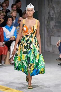 Marni Spring 2020 Ready-to-Wear Fashion Show - Vogue Fashion Project, Fashion Week, Fashion 2020, Spring Fashion, Women's Fashion, Milan Fashion, Vogue Paris, Style Photoshoot, Fashion Show Collection