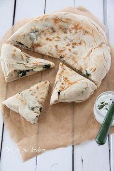 GOZLEME to bardzo popularne tureckie chlebki. Na rozwałkowane ciasto nakłada się ulubione nadzienie mięsne albo warzywne następnie podsmaża się je na patelni.Bardzo łatwe i szybkie w przygotowaniu. Przypomina trochę taką zamkniętą pizzę. Mi, najlepiej smakuje wersja ze szpinakiem podana z sosem czosnkowym. ___Ola in the Kitchen Simply Recipes, Easy Cake Recipes, Veggie Recipes, Appetizer Recipes, Snack Recipes, Cooking Recipes, My Favorite Food, Favorite Recipes, Good Food