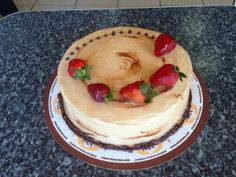 Delicioso Pastel Pasión Dulce de Leche, torta de vainilla, baño dulce de leche y decorado con fresas.