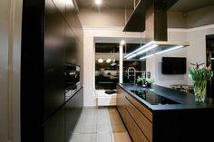 Kolejna z naszych realizacji tym razem w nieco ciemniejszych kolorach. Oświetlenie nad wyspą wygląda naprawdę efektownie! #bogaccypl #kuchnia #kuchnie #inspiracje #inspiration #wnetrza #mojemieszkanie #mojdom #aranzacjawnetrz #meblekuchenne #meble #mojakuchnia #pomysl #kitchen #kitcheninspo #interiordesign #nowakuchnia #remont