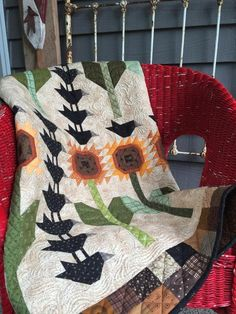 Bring a Sunflower Garden Inside All Year Long And So it Crows! Sunflower Quilts, Sunflower Garden, Summer Quilts, Fall Quilts, Bird Quilt, Old Sewing Machines, Tiny Treasures, Mini Quilts, Thanksgiving Crafts