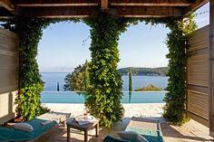 Beachfront Villa Amalthea biedt de ultieme luxe vakantie in Corfu. Deze villa is geschikt voor maximaal 8 personen in 4 slaapkamers met absolute privacy