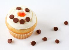 super simple snowman cupcake ~ upside-down chocolate chips for eyes and a mouth and a candy corn nose Teacher Christmas Gifts, Christmas Treats, Kids Christmas, Teacher Gifts, Christmas Foods, Holiday Gifts, Christmas Cooking, Winter Holiday, Christmas Christmas