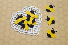Aplique Abelhinha (A146) Bumble Bee Foods, Bumble Bee Honey, School Picture Frames, Bee Nursery, Picnic Theme, Nursery Activities, Bee Party, Bee Crafts, Bee Theme