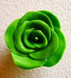 Sweetly Does It: Sugarpaste Roses | Scrumptiously Yours