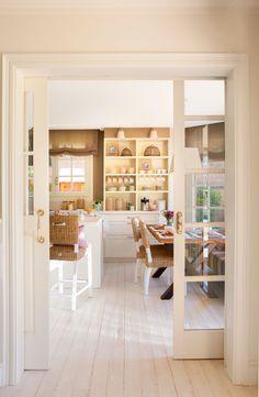 Cocina vista desde puerta corredera acristalada y suelo en  blanco