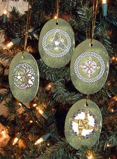 Deze vier magische symbool keramische ovale sieraden zal betovering toevoegen aan uw boom dit vakantieseizoen. Met het logo van Mickie Mueller in volledige kleur op de rug, en een gouden koord aan hang ze door, ook kunnen zij een mooie aanvulling op uw mooie pakketten!  Met de klok mee van boven, Oak, Ash en Thorn Triquetra, heksen Knoop, Bridgets Cross, en boom des levens Pentacle.  Dit zijn zeer populaire items voor sieraad uitwisselingen.  3 1/4 x 2 1/4  Dit is een fantastische d...
