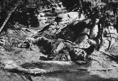 A young soldier brought down by a head wound World War One, First World, Bataille De Verdun, Flanders Field, My War, Bad Photos, Wwii, Mount Rushmore, Modern Art