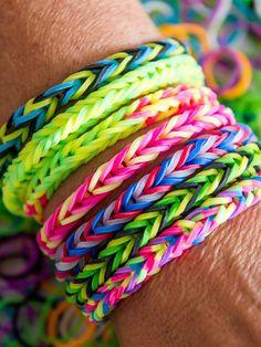 Bunte Armbänder aus Gummibändern sind der neue Trend. Dabei sieht der Schmuck fürs Handgelenk cool, jugendlich und farbenfroh zugleich