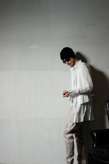 【ジャガード織りベスト付きシャツ】ジャガード織に塩縮加工を施したベスト付きのシャツです。 別々に着ることも出来るのでコーディネートの幅も広がります。シャツの着丈が長めですのでサルエルパンツとの相性◎
