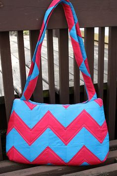 Adorable chevron/zig-zag bag tutorial at Sew Sweetness . . . so many colorful possibilities!