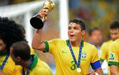 Thiago Silva e sua primeira taça como capitão da Seleção Brasileira de Futebol.