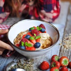 ellencharlottemarie:AMARANTH OATS PORRIDGE with  berries and cashew butter! Never get bored of this breakfast combo! Wishing you all a joyful day! ❤️