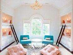 Este quarto para quatro meninas tem dois beliches embutidas na parede. No espaço que sobrou no ambiente ficaram poltronas e pufes.