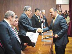 el Presidente Municipal de Queretaro recibiendo su reconocimiento Honoris Causa