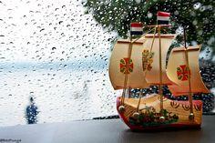 sebuah kapal Belanda di tengah badai.
