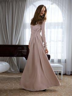 Abendkleid - Raffung  Stilvolle Eleganz zum Anziehen. Das Seidenkrepp-Kleid sorgt auf großem und kleinerem Parkett für Aufsehen, allein durch die geheimnisvolle Raffung mit Verschlingung in der Taille. Die Figur zur Geltung bringen auch die überlangen, schmalen Ärmel und der körperbetonende Schnitt