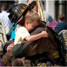 i love this photo of a little boy hugging a fireman or firewoman World Trade Center, Real Hero, My Hero, We Are The World, In This World, 11 September 2001, Historia Universal, We Will Never Forget, Into The Fire