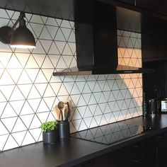 "Et lite hvitt hus on Instagram: ""#kjøkken #interiør #interior #interiordesign #interior123 #interiorinspo #kitchen #kitchendesign #kitcheninspo #epoq #epoqkjøkken…"" Tile Floor, Flooring, Texture, Kitchen, Crafts, Surface Finish, Cooking, Manualidades, Kitchens"